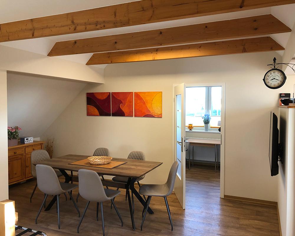 Dachgeschoss Ferienwohnung für Firmen, Monteure, Pendler sowie Familien und Kurzurlauber in der Nähe von Potsdam & Bergholz-Rehbrücke.
